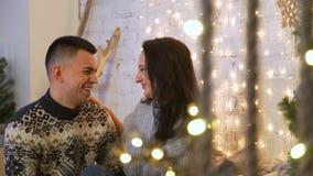 Pares felices que se besan en la Navidad almacen de video