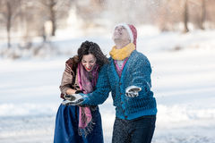 Pares felices que se divierten en invierno al aire libre Fotografía de archivo