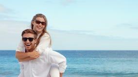 Pares felices que se divierten en la playa