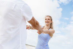 Pares felices que se divierten en la playa Foto de archivo libre de regalías