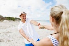 Pares felices que se divierten en la playa Fotografía de archivo libre de regalías