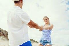 Pares felices que se divierten en la playa Imagenes de archivo