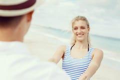Pares felices que se divierten en la playa Imagen de archivo libre de regalías
