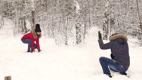 Pares felices que se divierten juntas que juega bolas de nieve almacen de video