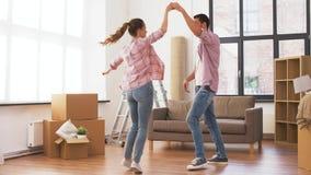 Pares felices que se mueven al nuevos hogar y baile almacen de metraje de vídeo