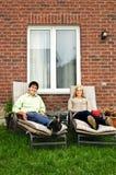 Pares felices que se relajan en el país Imagen de archivo