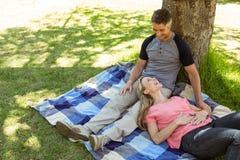 Pares felices que se relajan en el parque Imagen de archivo