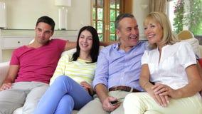 Pares felices que se relajan en el sofá almacen de metraje de vídeo