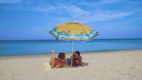 Pares felices que se relajan en la playa Fotos de archivo