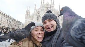 Pares felices que toman el autorretrato con la paloma Concepto el viajar y de la relación almacen de metraje de vídeo