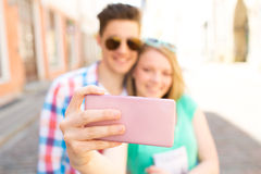 Pares felices que toman el selfie con smartphone en ciudad Fotografía de archivo