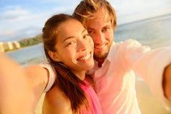 Pares felices que toman el selfie de la diversión el vacaciones de verano imagenes de archivo