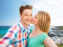 Pares felices que toman el selfie en la playa del verano Foto de archivo libre de regalías
