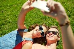 Pares felices que toman el selfie en smartphone en el verano Fotografía de archivo