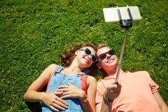 Pares felices que toman el selfie en smartphone en el verano Foto de archivo libre de regalías