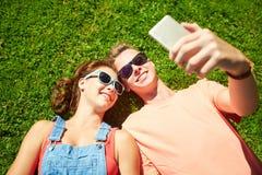 Pares felices que toman el selfie en smartphone en el verano Imágenes de archivo libres de regalías