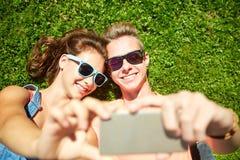 Pares felices que toman el selfie en smartphone en el verano Fotografía de archivo libre de regalías