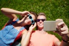 Pares felices que toman el selfie en smartphone en el verano Foto de archivo