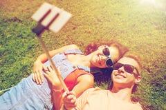 Pares felices que toman el selfie en smartphone en el verano Fotos de archivo libres de regalías