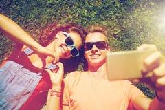 Pares felices que toman el selfie en smartphone en el verano Imagen de archivo libre de regalías