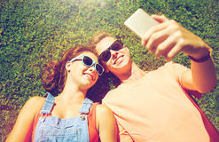 Pares felices que toman el selfie en smartphone en el verano Fotos de archivo