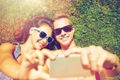 Pares felices que toman el selfie en smartphone en el verano Imagenes de archivo