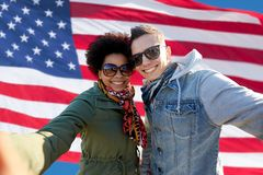 Pares felices que toman el selfie sobre bandera americana Fotografía de archivo