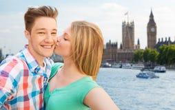 Pares felices que toman el selfie sobre la ciudad de Londres Fotografía de archivo libre de regalías