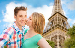 Pares felices que toman el selfie sobre torre Eiffel Fotografía de archivo libre de regalías