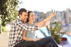 Pares felices que toman selfies el vacaciones de verano foto de archivo libre de regalías