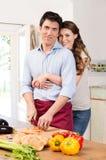 Pares felices que trabajan en cocina Fotografía de archivo libre de regalías