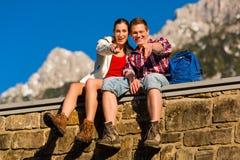Pares felices que van de excursión en montañas de la montan@a Imágenes de archivo libres de regalías