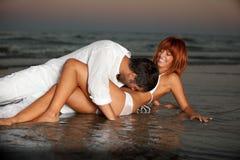 Pares felices, románticos, por la orilla de mar Foto de archivo