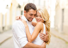 Pares felices románticos que abrazan en la calle Foto de archivo libre de regalías