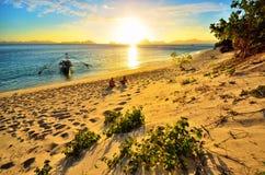 Pares felices románticos que disfrutan de una puesta del sol hermosa  Foto de archivo libre de regalías