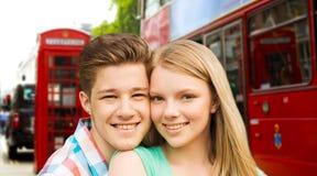 Pares felices sobre la calle de la ciudad de Londres Imágenes de archivo libres de regalías