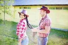 Pares felices un estilo occidental Mujeres y hombre Imagen de archivo libre de regalías