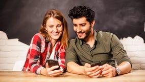 Pares felices usando smartphone imágenes de archivo libres de regalías