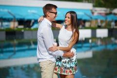 Pares felices y jovenes que gozan junto en vacaciones de verano Un par alegre y romántico que se relaja en un centro turístico so Imagen de archivo