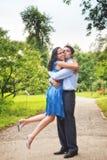Pares felizes - abraço alegre de dois amantes ao ar livre Imagens de Stock Royalty Free