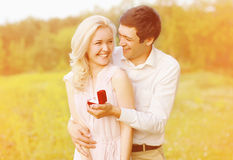 Pares felizes, anel, acoplamento Fotos de Stock Royalty Free