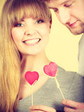 Pares felizes bonitos com corações Foto de Stock Royalty Free