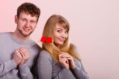 Pares felizes bonitos com corações Imagens de Stock