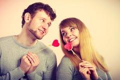 Pares felizes bonitos com corações Fotos de Stock Royalty Free