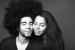 Pares felizes bonitos do amor na frente de um fundo imagem de stock royalty free