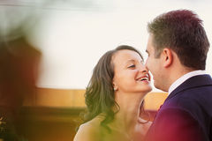 Pares felizes bonitos na natureza Imagens de Stock Royalty Free