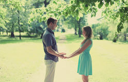 Pares felizes bonitos no amor, data, relacionamentos, casamento Fotografia de Stock Royalty Free