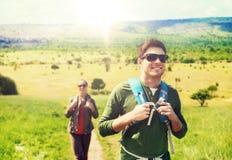 Pares felizes com as trouxas que viajam em África foto de stock royalty free