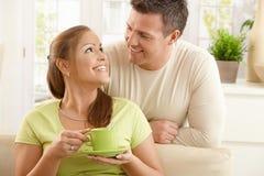Pares felizes com copo de chá Foto de Stock Royalty Free