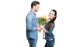 pares felizes com o ramalhete de tulipas da mola para o dia das mulheres internacionais, Imagens de Stock Royalty Free